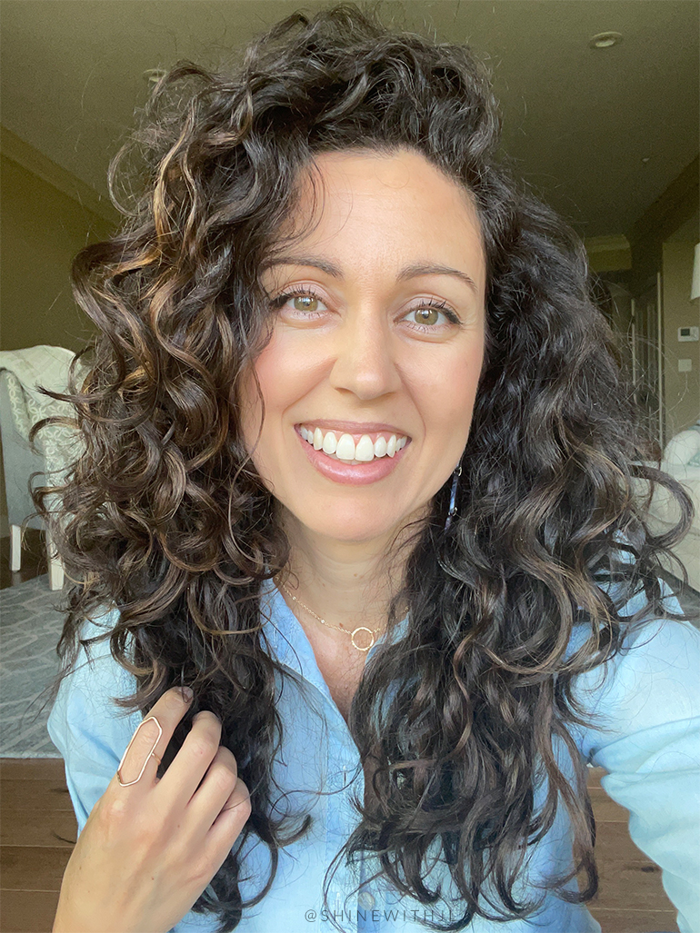 shoulder length curly hair style with highlights